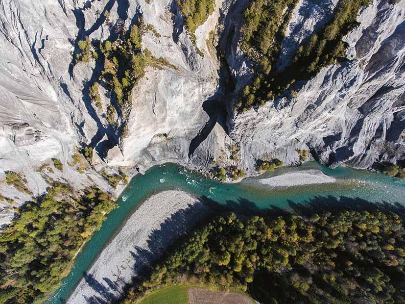 une vue aérienne de la gorge du Rhin dans le canton des Grisons