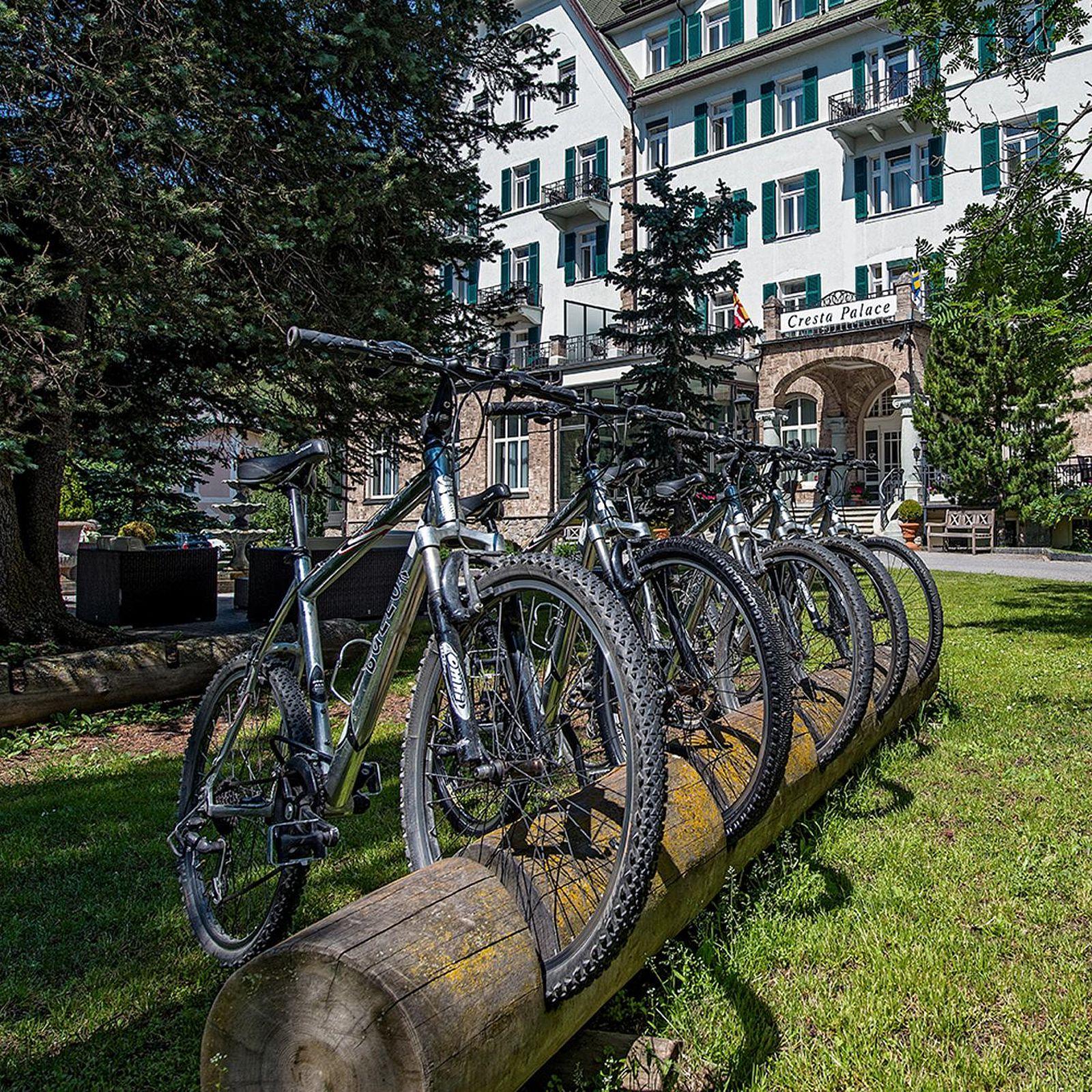 Zur freien Verfügung stehen Bikes vor dem Cresta Palace Hotel Celerina